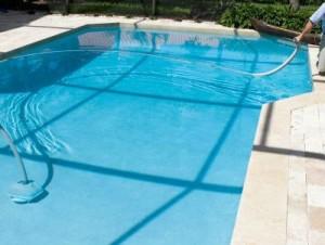 cuidados-de-piscina-en-verano-limpieza-piscina